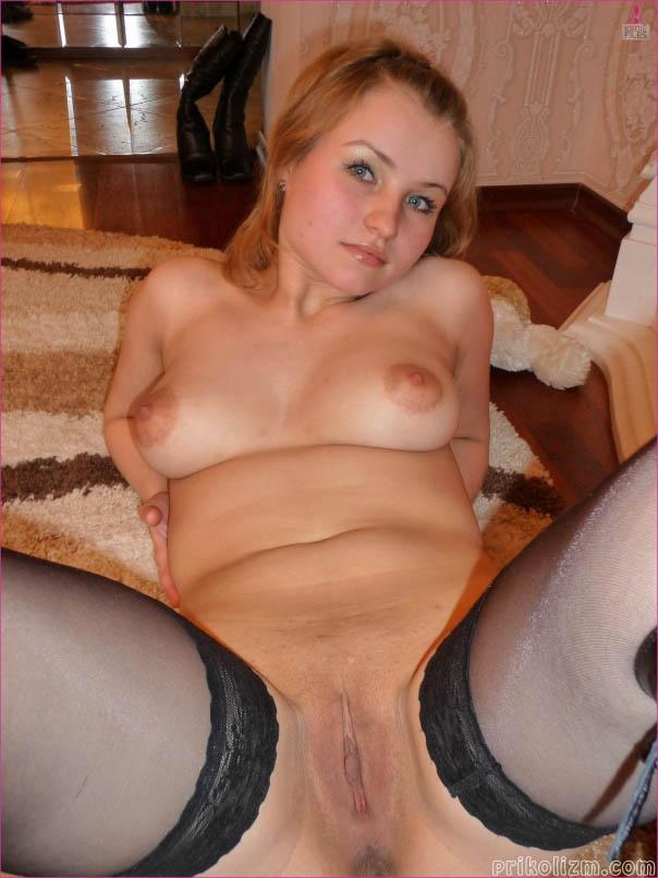 Красивая девушка голышом на полу дома