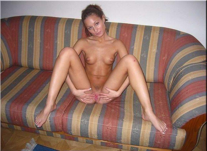 худая девушка со стройной фигурой и маленькой грудью, раздвигает руками свою киску