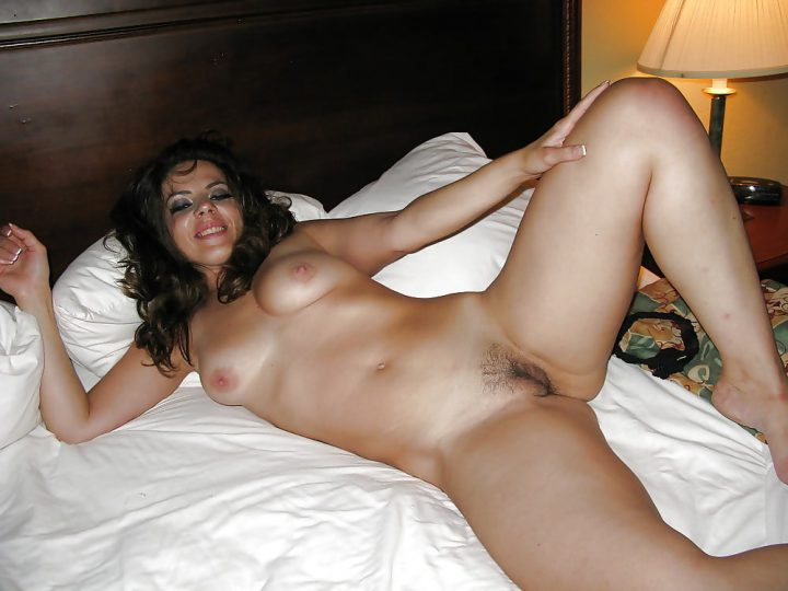подвыпившая женушка сняла трусы и ждет любовника из душа, лежа в постели