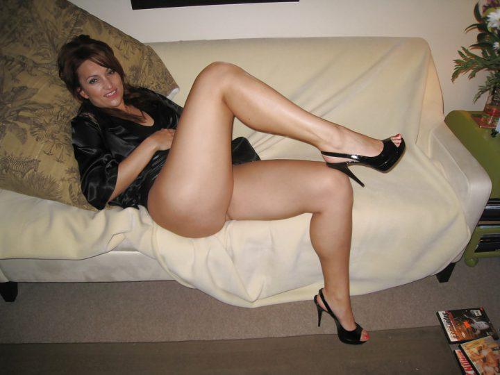 шикарная женщина с приятной внешностью и длинными ногами
