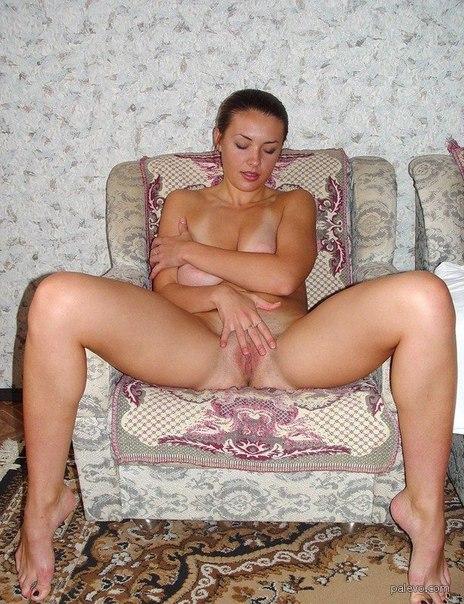 приятная женщина делает себе приятно