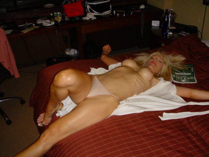 сисястая блондинка пьяная спит после тусы в ночном клубе