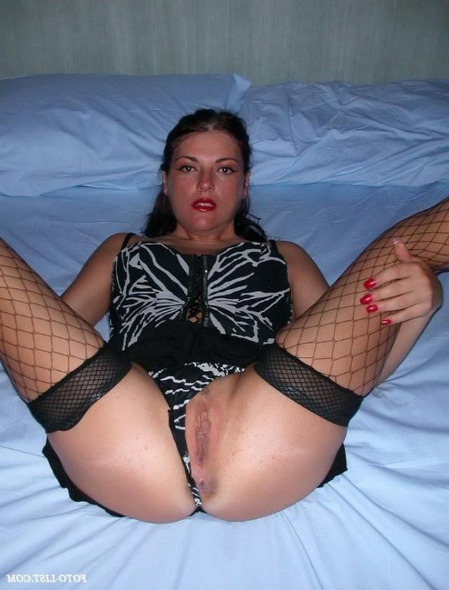 жена крупно показывает свои женские прелести между ног
