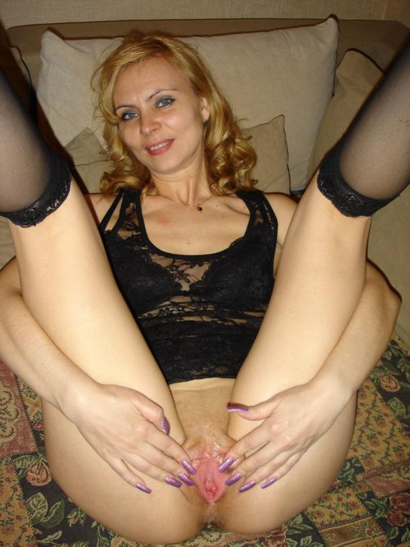 женщина в возрасте приготовилась к сексу