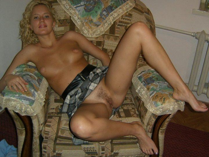 обнаженная русская красавица в домашнем кресле