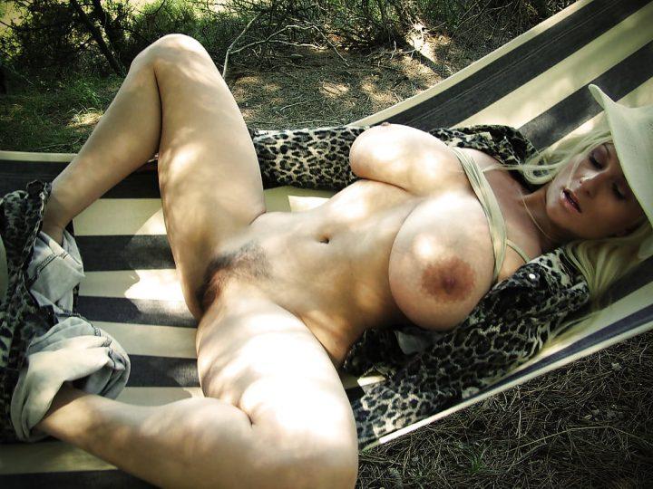 русская баба с огромными сиськами, широко раздвинула ноги, лежа в гамаке