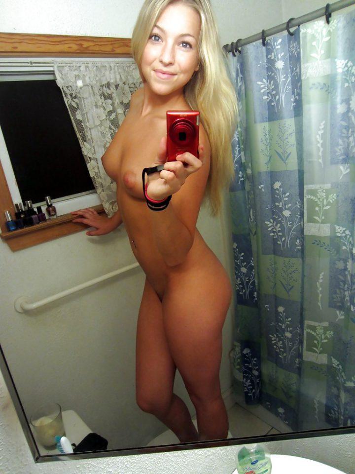 голубоглазая красотка в ванне без нижнего белья