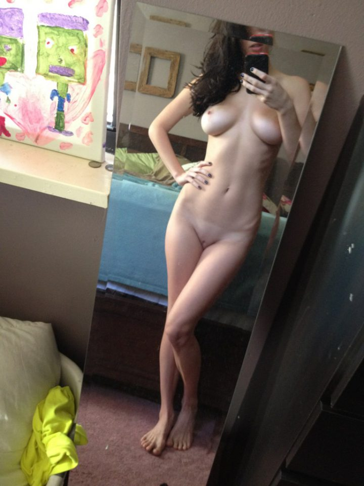 в спальне в отражении зеркала