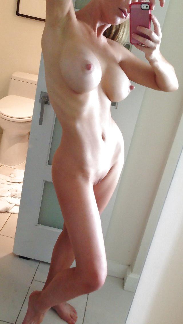 худышка с большой грудью 4-го размера и набухшими сосками у туалета
