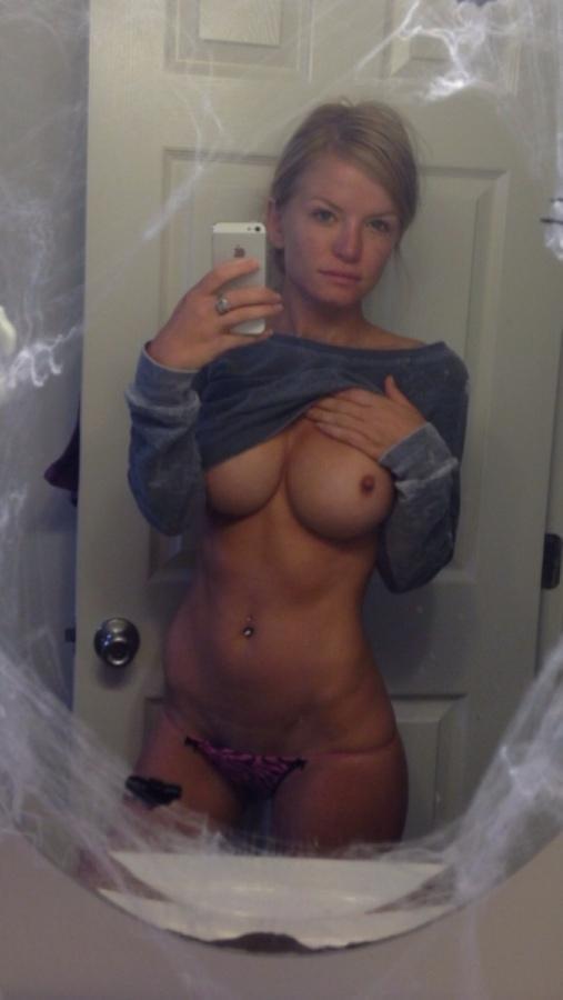 показала грудь идеальной формы с маленькими сосочками