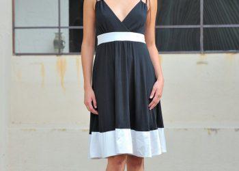 Красотка в платье показывает голую письку