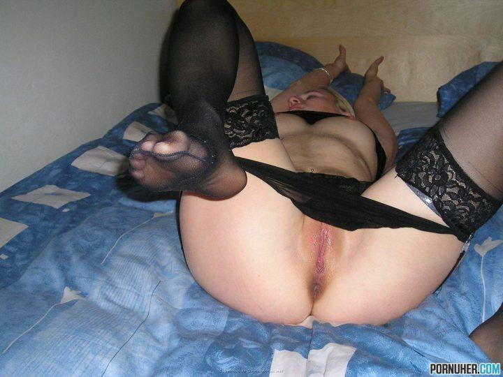сняла свои трусики и расставила ноги в ожидании секса