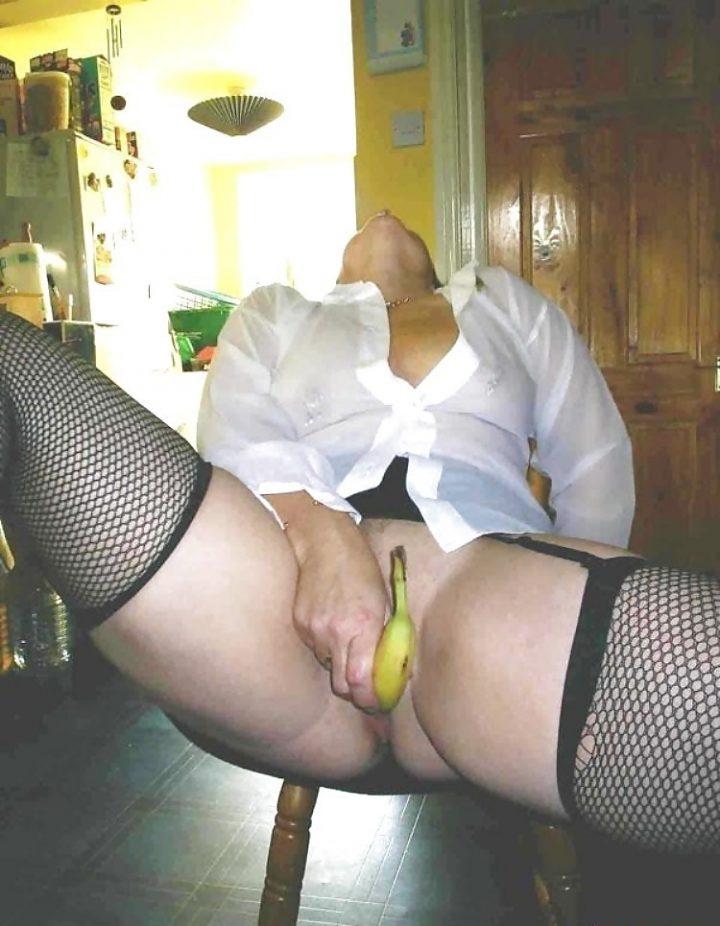 засунула банан в свою пизду