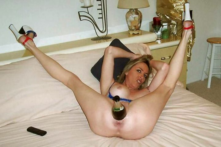 блонда с бутылкой шампанского во влагалище