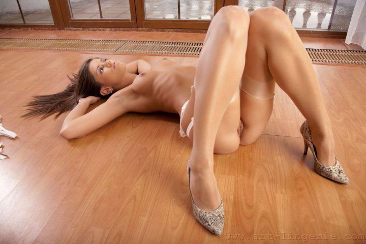 стройная красавица с идеальной фигурой лежит на полу