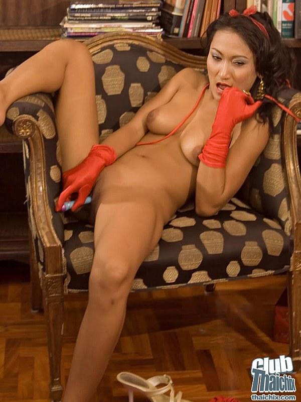 голая азиаточка в красных перчатках раздвинула ноги
