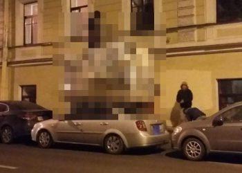 Эта девушка просит незнакомцев поцеловать себя на улице для эффектного кадра (7 фото)