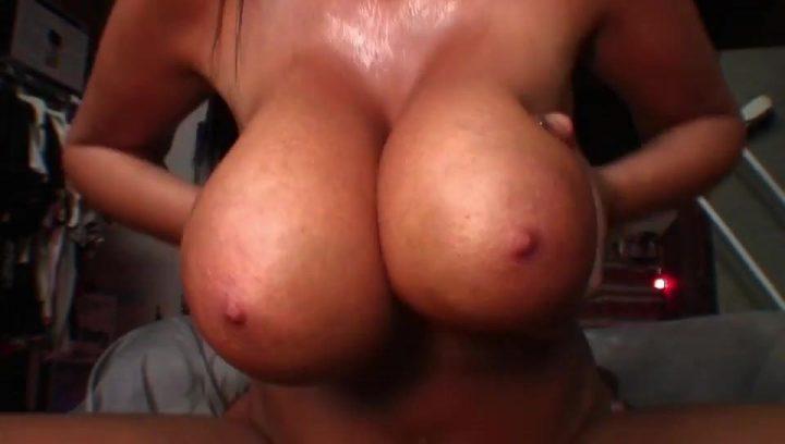 показала, какие у нее большие груди