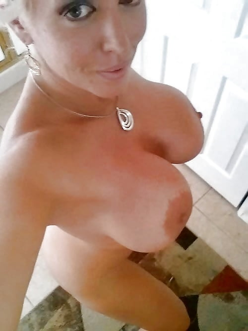 упругая грудь красотки крупно