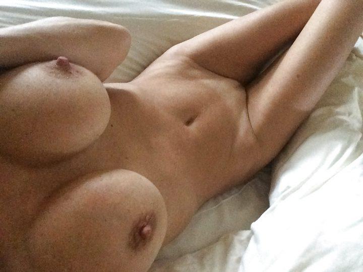 сфоткала себя голой в постели