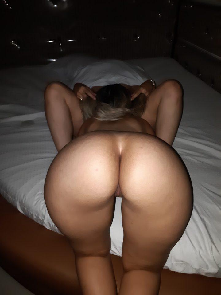 частное фото дома - делает мужу минет на кровати