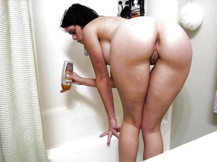 готовит пену в ванне