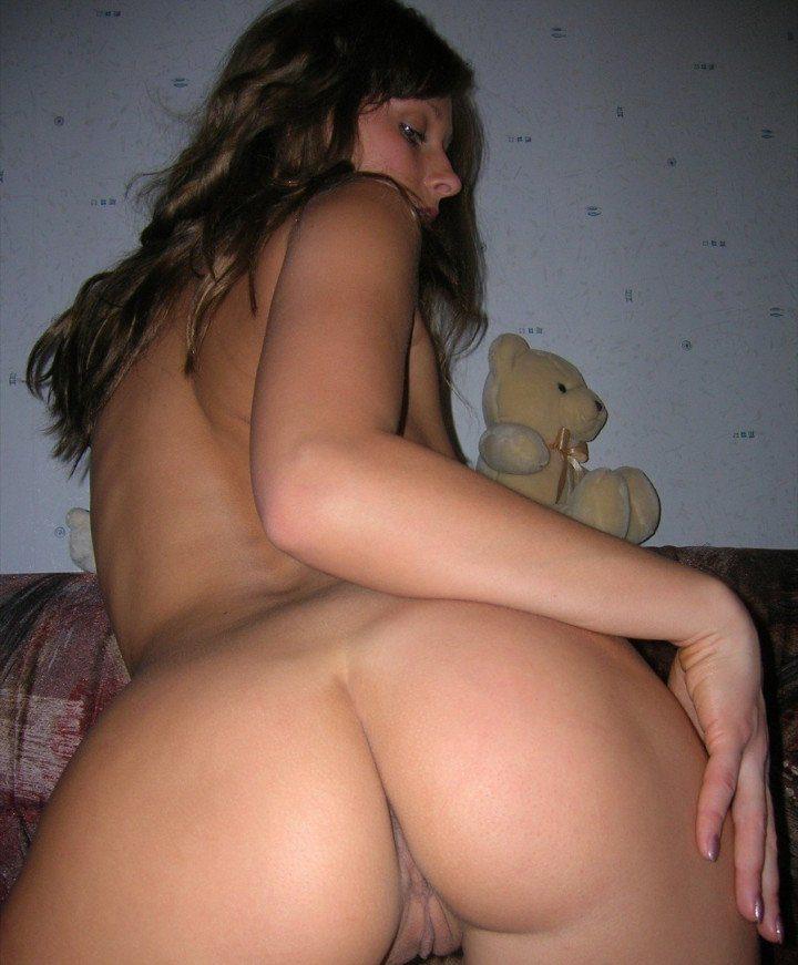 девушка с игрушечным плюшевым мишкой на кровати
