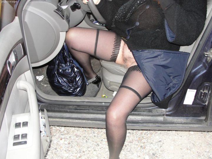 вылезает из авто, раздвинув ноги