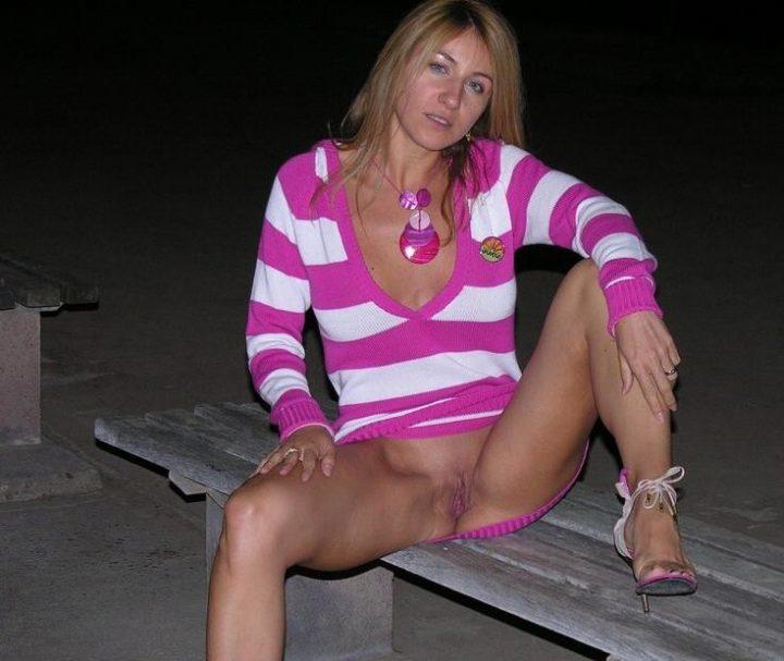 прибухнувшая блонда без трусиков раздвинула ноги
