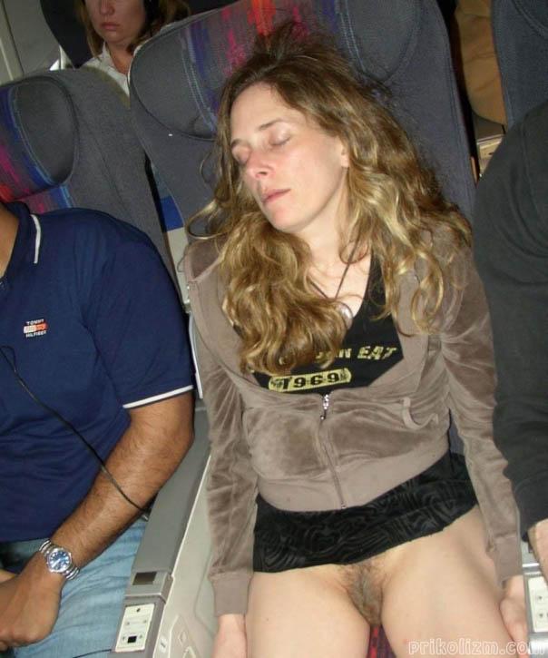 уснула в самолете и задрала юбку без белья