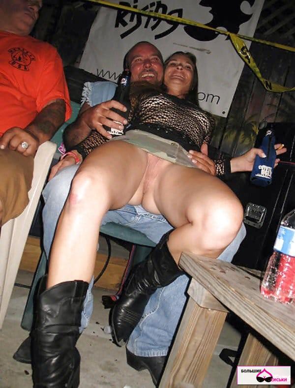 засвет пизды, сидя на коленях у парня в баре