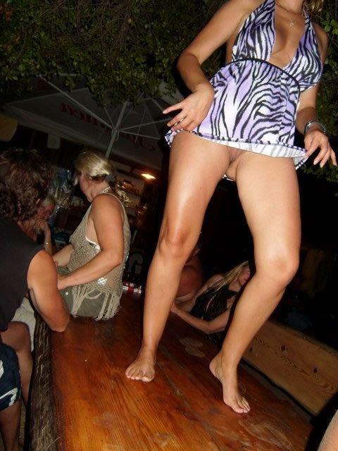 танцует пьяная на столе