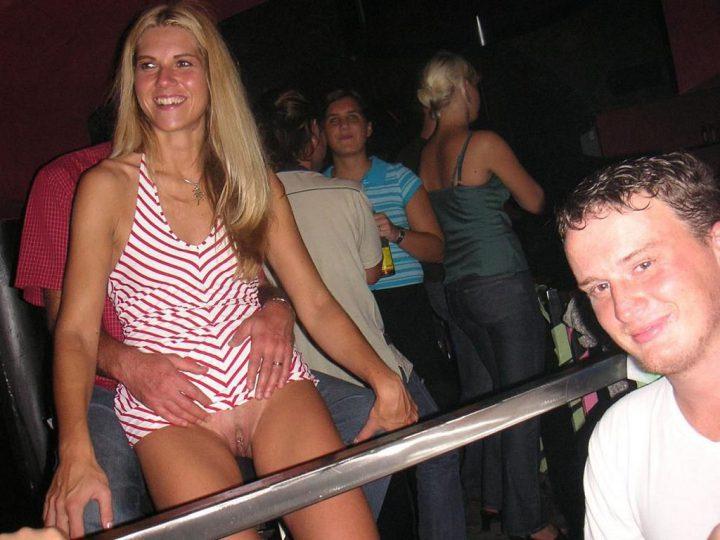 парень пытается трахнуть телку в клубе