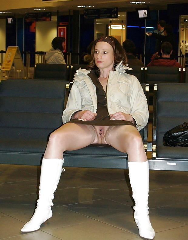 в зале ожидания аэропорта без трусов