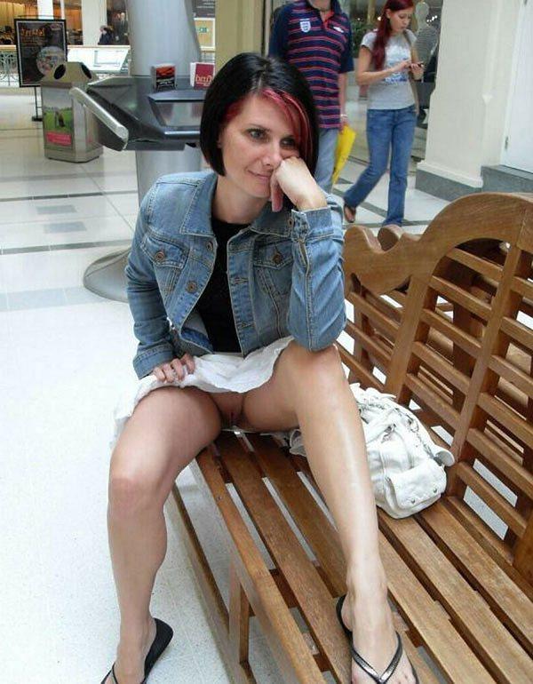 в торговом центре раздвинула ноги