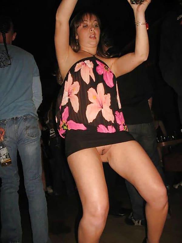 высоко подняла руки в клубе