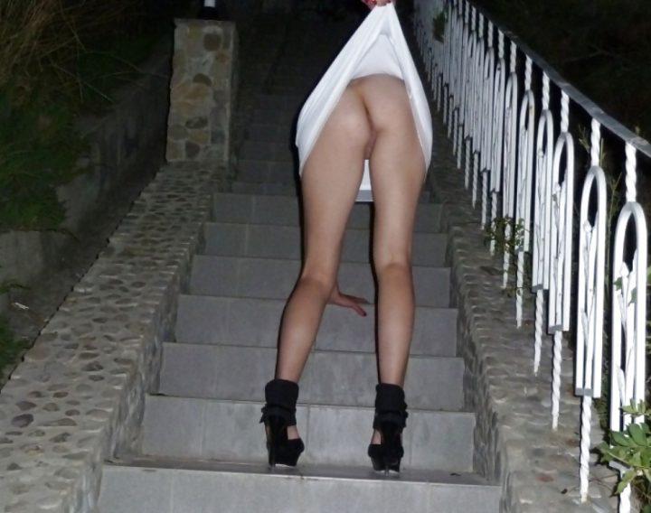 поправила платье на ступеньках