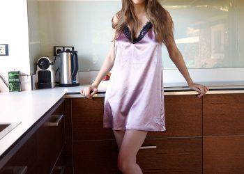 Обнаженная блондинка на кухне в бигудях