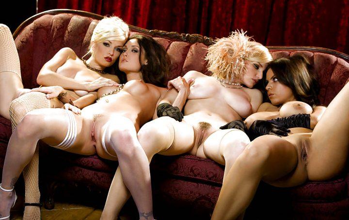 четыре обнаженные женщины в притоне на софе