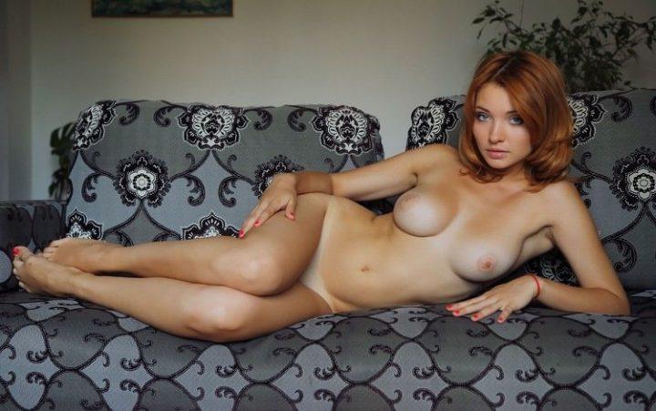 рыжая голубоглазка на диване без одежды