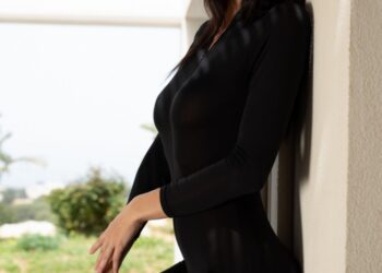 18-летняя дочь Синди Кроуфорд Кайя Гербер снялась для журнала полностью обнаженной (15 фото)