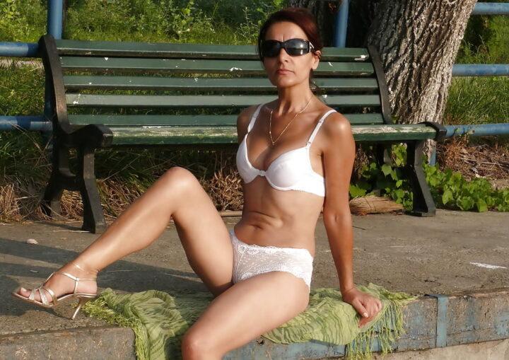 Раскованная стройная дама загорает в белом белье