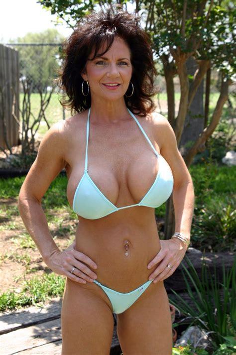 Фигуристая женщина в 40 лет позирует в бикини