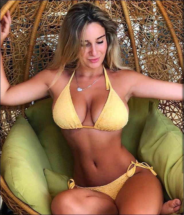 Красотка 40 лет сидит в желтом купальнике