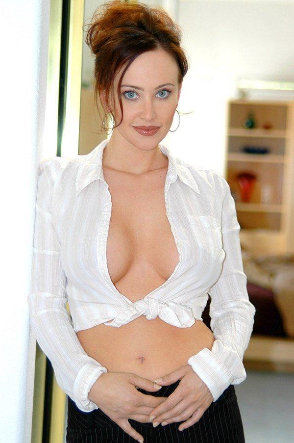 Красивая моложавая женщина 40 лет с открытой грудью