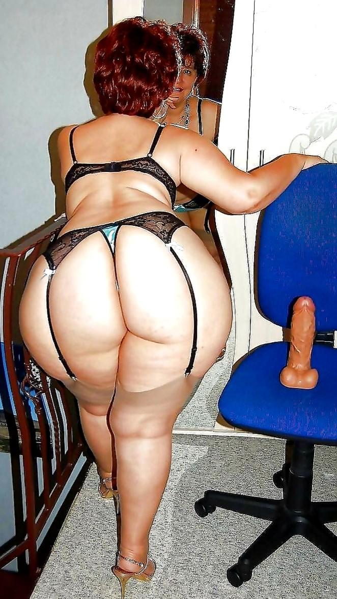 Зрелая женщина стоит раком и показывает свою большую жопу