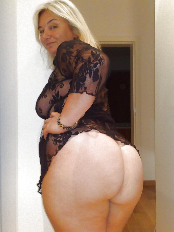 Блондинка в годах не стесняется показать всем большую жопу