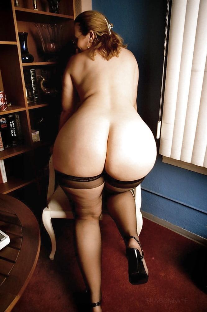 Зрелая женщина в чулках с большой жопой