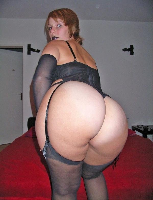 Зрелая рыжая женщина с короткой стрижкой гордится своей огромной жопой