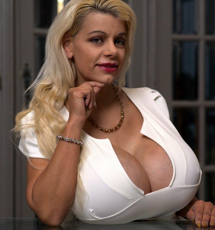 Зрелая красивая блондинка с огромными сиськами